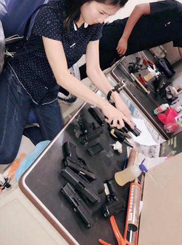 美人すぎる警察官 銃の手入れアイリーン
